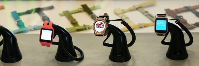 Des montres connectées fonctionnant avec le système Android Wear de Google (JUSTIN SULLIVAN / GETTY IMAGES / AFP)